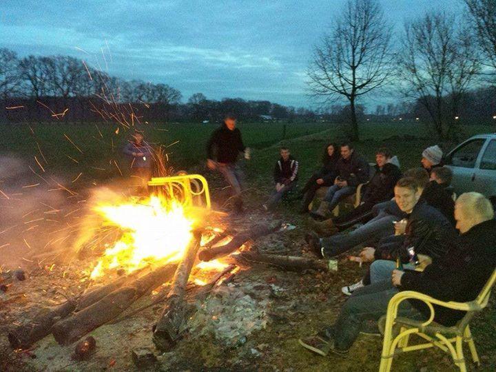 Gert Ruitenberg in het Olderbroekerbos eem een poar stoelen verbranden!